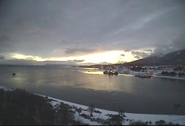 A esta hora en la capital Antártica Chilena, Puerto Williams, junto al Canal Beagle