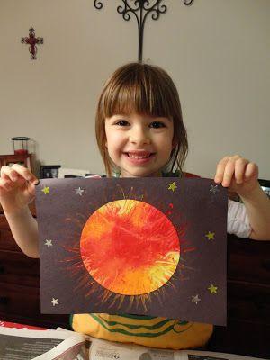 Un soleil de feu... Placer un cercle blanc sur du journal. Presser un peu de chaque couleur de votre peinture sur le cercle. Recouvrir d'un morceau de film alimentaire puis, écraser! :) (Assurez-vous que votre cercle est entièrement recouvert de peinture) Retirer délicatement la pellicule de plastique, Coller votre soleil au centre d'une feuille de papier noire. Avec un coton tige faire glisser la peinture vers l'extérieur, sur le papier noir, pour représenter les rayons du soleil.