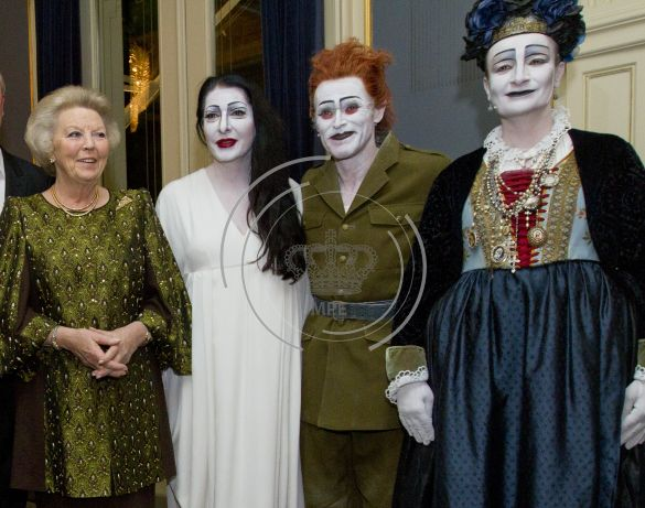 On this picture Marina Abramovic with Queen Beatrix. Marina Abramovic known of her spirit cooking is linked to pizzagate. This event was at Carre in the Netherlands, the premiere of her play 'life and death'. On the photo our queen at that time (2012), is wearing a broche of a pizza piece. Weird.....