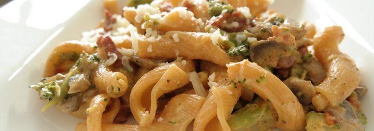 Pasta met champignons, broccoli en zongedroogde tomaat