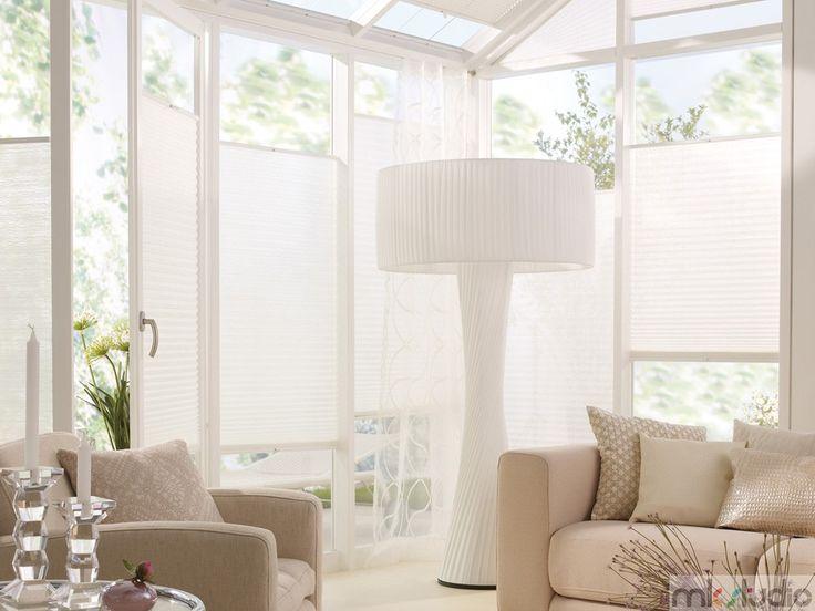 Biała oranżeria, białe plisy, dekoracje okien, białe żaluzje plisowane, duże okna - http://www.mkstudio.waw.pl/systemy-wewnetrzne/plisy/
