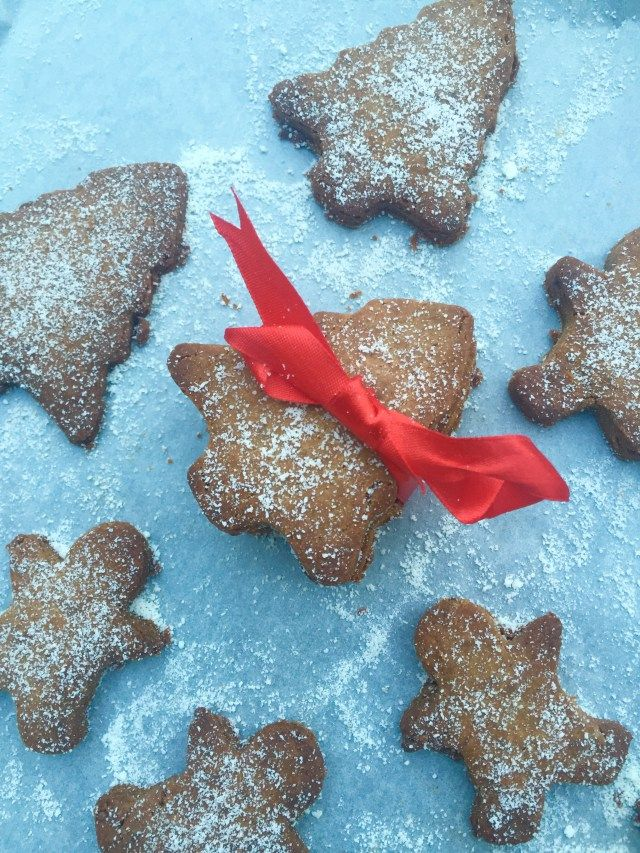 Whether you looking for yummy handmade gift or, the perfect late-night snack for Santa, clean gingerbread men/cookies are just the right treat for everyone ! Vegan, easy and gluten free!