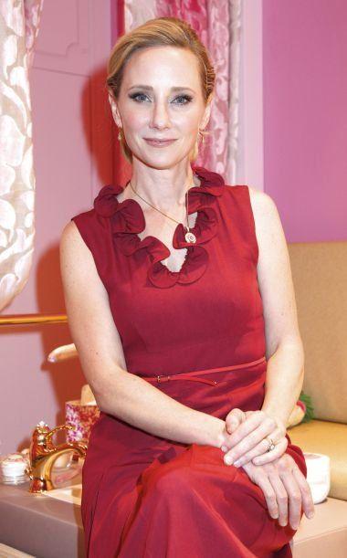 Anne Heche est une bisexuelle plutôt discrète, mais elle a bien vécu une relation amoureuse avec l'animatrice Ellen De Generes, avant de se marier avec son époux actuel James Tupper en 2007.