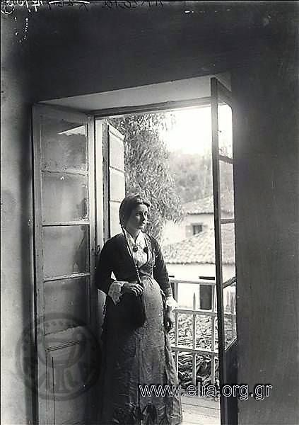 Πορτραίτο γυναίκας σε μπαλκόνι. Υπάρχων Τίτλος: Akrata Τόπος:Ακράτα Χρονολογία1900 δεκαετία Αρχείο/ΣυλλογήBOISSONNAS, FREDERIC και HENRI-PAUL