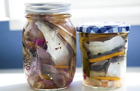 A recipe for Swedish pickled herring known as glassblower's herring or glasmastarsill. The recipe uses bay, red onion, vinegar and water to pickle the fish.
