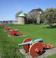 Les canons de la forteresse d'Akershus à Oslo -