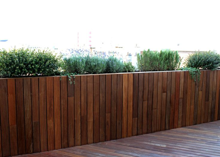 Frente de madera con jardineras integradas paisajismo for Paisajismo de terrazas