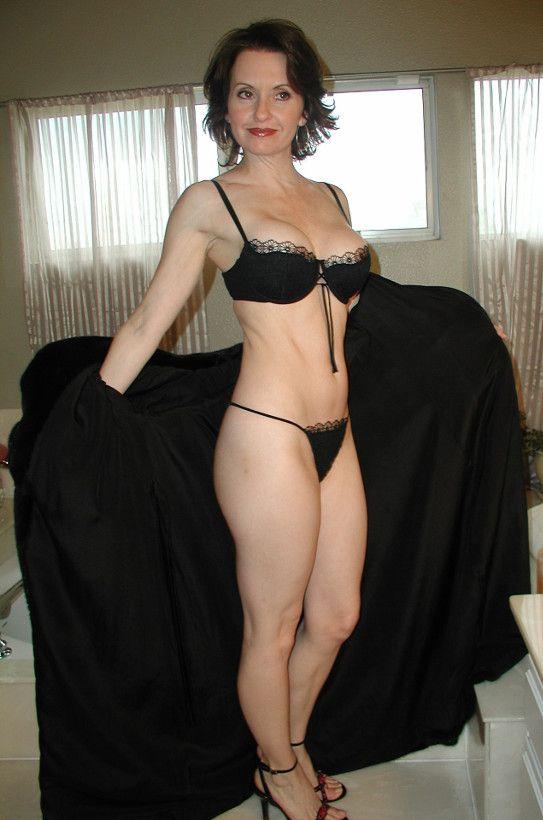 кончили голая шикарная женщина бальзаковского возраста фото впустила его себя
