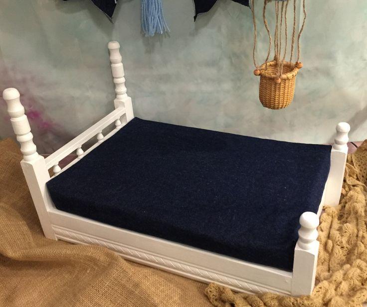 Accesorios de fotografía de cama de madera Este listado está para Cama Colchón Bandera Globo de ganchillo Para el uso como cama de muñeca o prop de fotografía de bebé o recién nacido!   Medidas longitud 22.5 altura 13 ancho 14