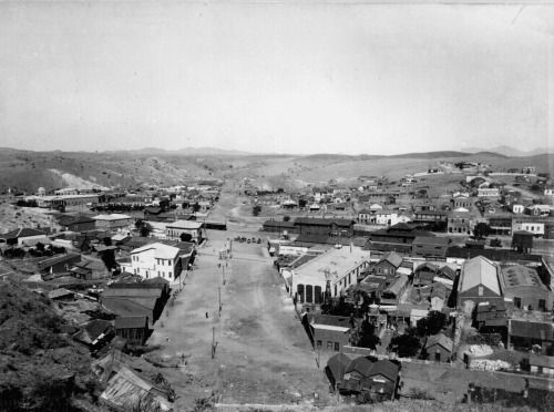 Border between the United States and Mexico. Town of Nogales, Arizona is on the left and Nogales, Sonora, Mexico on the right. Sometime around 1898-1899. via reddit
