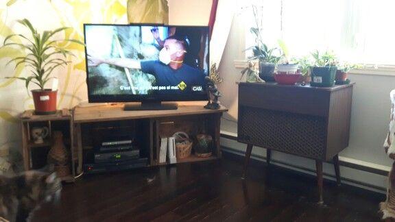 Deux caisses de pommes avec une grosse planche font mon nouveau meuble tv! :-)