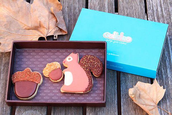 Pack pequeño de 10x15 cm, contiene tres galletas de vainilla y mantequilla decoradas con glasa artesana. Una ardilla de 7 cm aprox con la cola de azucar y dos bellotas de 4 cm aprox. decoradas también con azúcar moreno. Diseño propio.http://www.galletea.com/galletas-decoradas/otono/init/d/282/