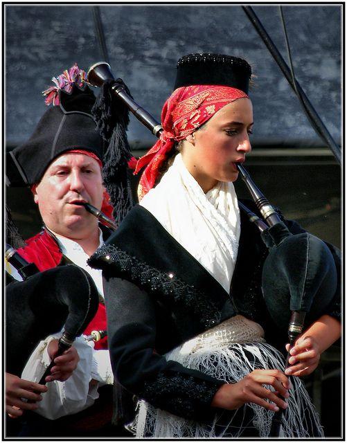 2419-Gaiteiros nas festas do Monte de Santa Margarida na Coruña  Galicia, España by jl.cernadas, via Flickr