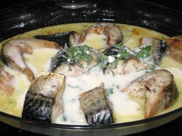 Peştele se curăţă şi se taie în bucăţi late de 2 cm. Se presară cu sare şi se lasă aşa 20 de minute. Se pregăteşte un amestec din ulei de măsline, boabe de piper, boabe de coriandru, foi de dafin, beţişorul de scorţişoară rupt în bucăţi şi cimbru. Fiecare bucată de peşte se…
