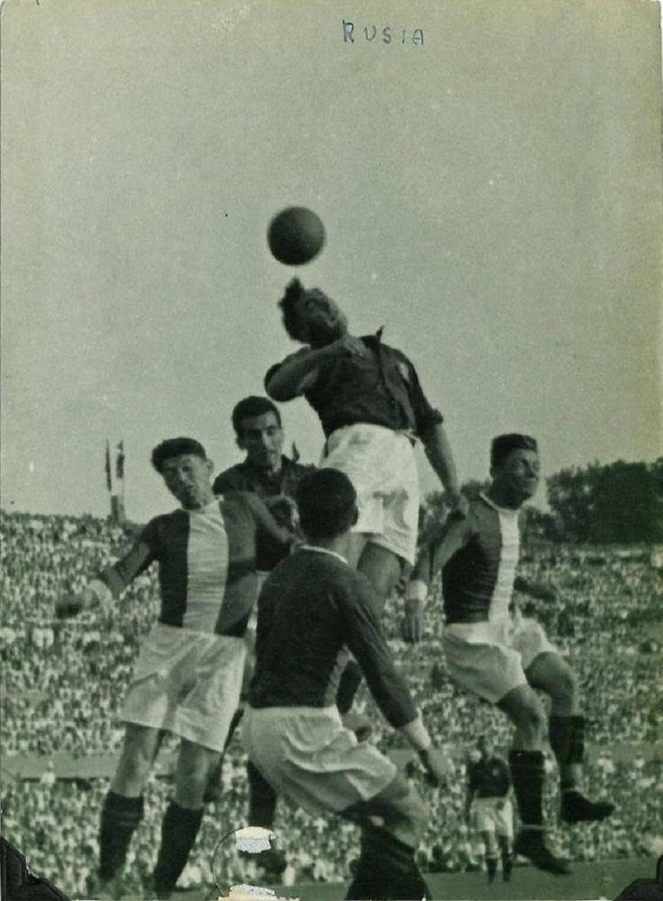 Isidro Langara, con la Selección de Euskadi, ganando el balón por todo lo alto a la defensiva de Lokomotiv de Moscu, 1937