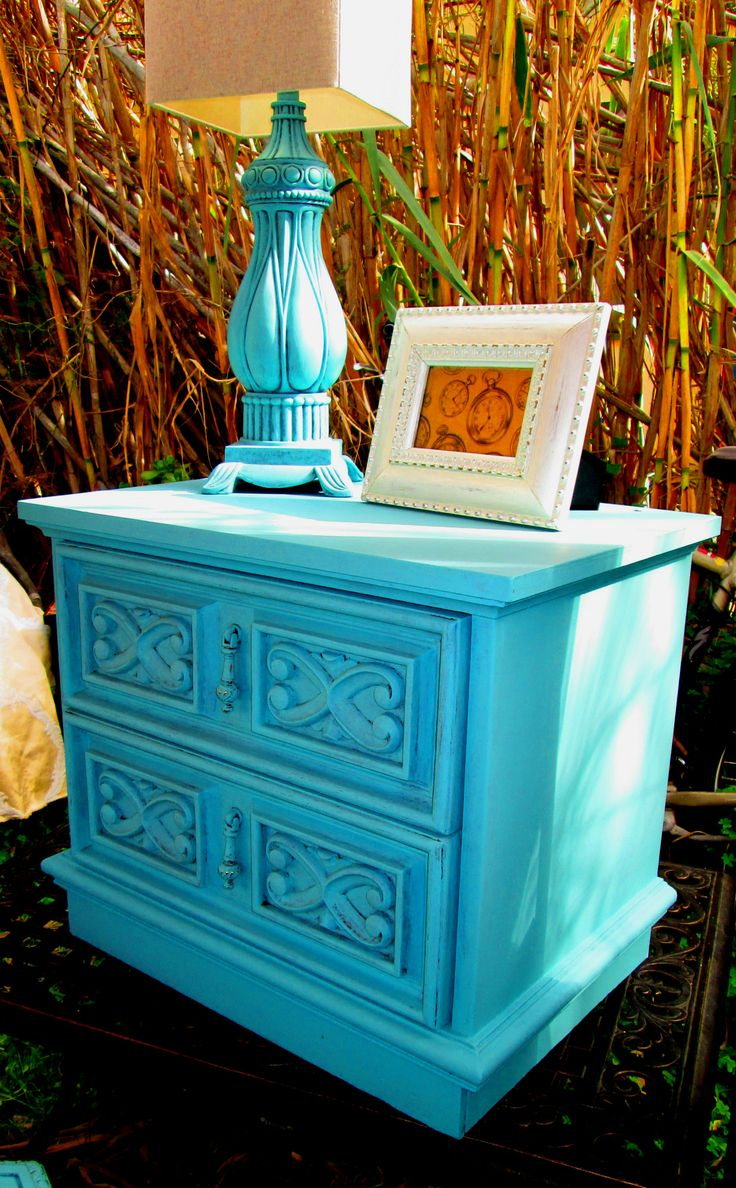 vintage end table, in Robbins egg blue @Gail Regan Truax://thecuriousscavenger.blogspot.com/