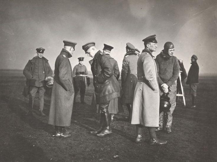 Niemieccy oficerowie na poligonie lotniczym w Hanowerze, 1918 rok