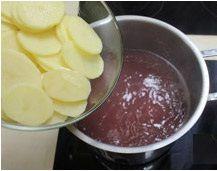 En una olla hay el agua de la cocción del pulpo y cuando el agua hierve pones las patatas por algunos menudos