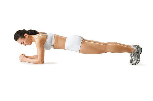 Flacher Bauch: Unterarmstütz  Liegestützhaltung. Unterarme aufstellen, Ellenbogen sind direkt unter den Schultern. Beine, Hüfte und Kopf bilden eine Gerade. Nun Bauch anspannen und die Position 20 Sekunden halten. 3 Sätze (dazwischen 1 Minute Pause)