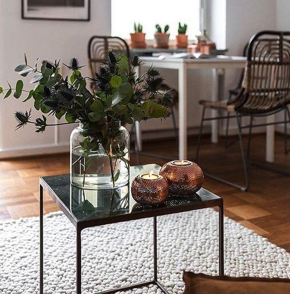 Grönt marmorbord Jaguaren. Soffbord, bord, marmor, svart ram, möbler, inredning, vardagsrum, vit pearlmatta, matta, ull. http://sweef.se/bord/408-jaguaren-soffbord-i-marmor-50x50cm.html