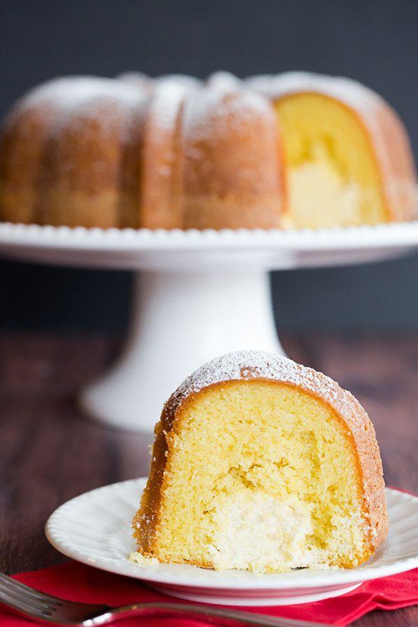 Twinkie Bundt Cake - Esta versión casera de Bundt del popular postre Twinkie cuenta con un bizcocho de vainilla con un túnel de ese relleno de crema gloriosa!