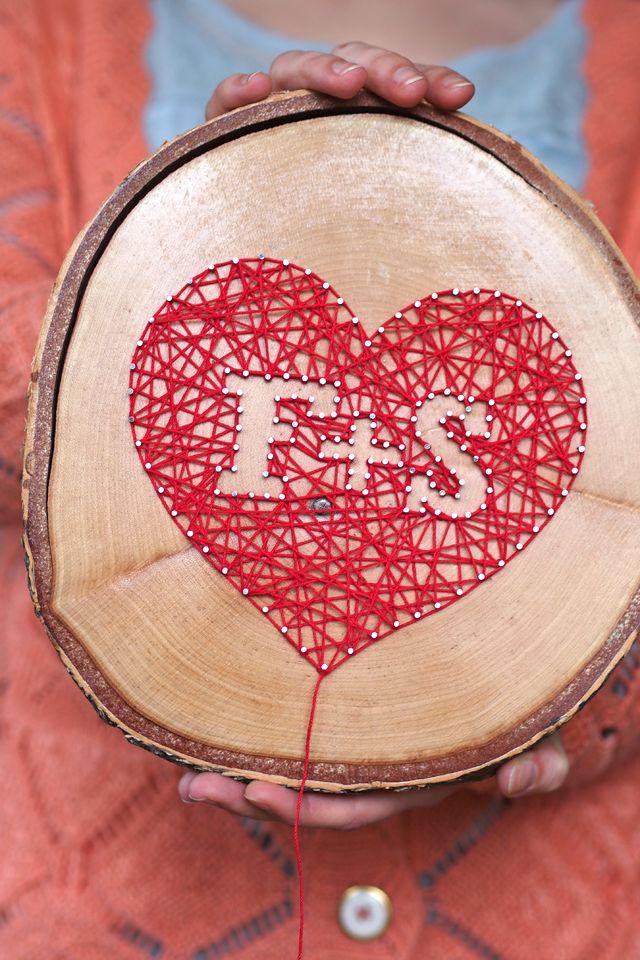 """Inititalen auf Holz mit Nägeln und Faden - """"Fee ist mein Name"""""""