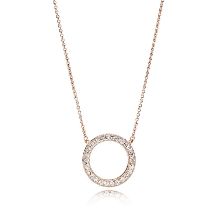 This versatile necklace collier features the classic PANDORA logo on one side and a circle of shimmering stones on the other. Comprising two looks in one, this rose-colored statement design is the perfect transition piece for day-to-night looks. #PANDORArose #PANDORAnecklace