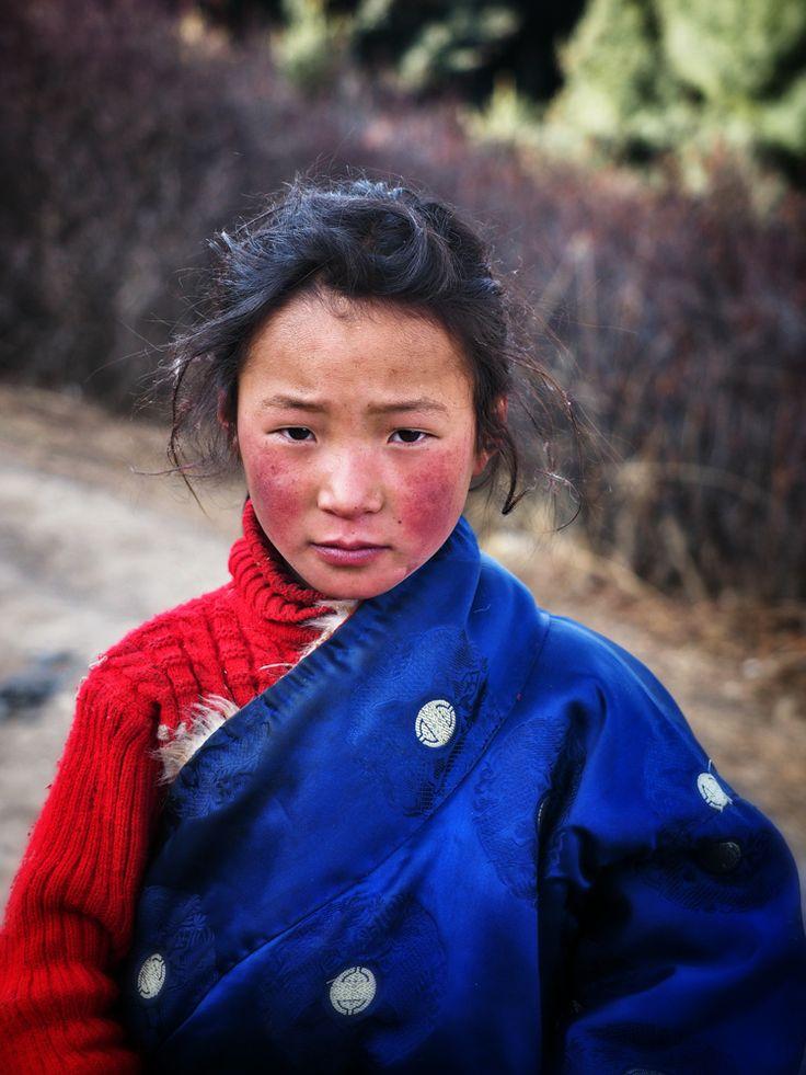 A young tibetan nomand in Larung Gar #larunggar #china #tibet #tibetan #girl #nagaland #warrior #travel #portrait #face