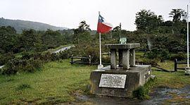 """Monolito recordatorio donde estuvo emplazado """"Puerto del Hambre"""""""