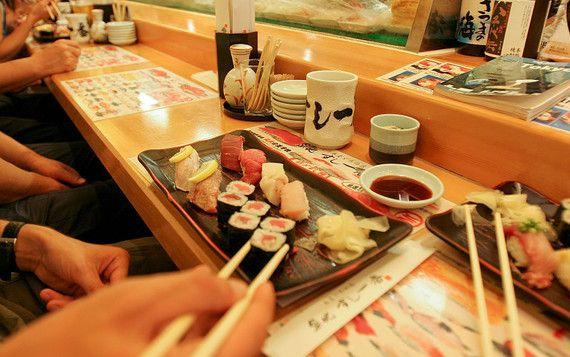 Il bancone di un ristorante di sushi di Tokyo