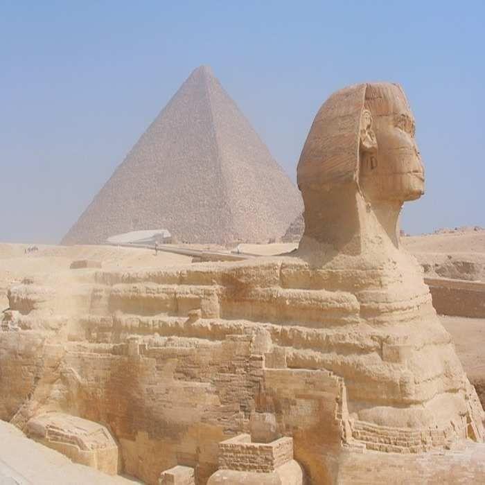 Perabadan Mesir Kuno Mesir Kunoadalah suatuperadabankuno di bagian timur lautAfrika. Peradaban ini terpusat di sepanjang hilirsungai Nil. Peradaban ini dimulai dengan unifikasiMesir HuludanHilirsekitar3150 SMdan selanjutnya berkembang selama kurang lebih tiga milenium.  Mesir terkenal juga dengan peradaban kuno & beberapa monumen kuno termegah di dunia misalnya Piramid Giza, Kuil Ramses & Kuil Karnak, Lembah