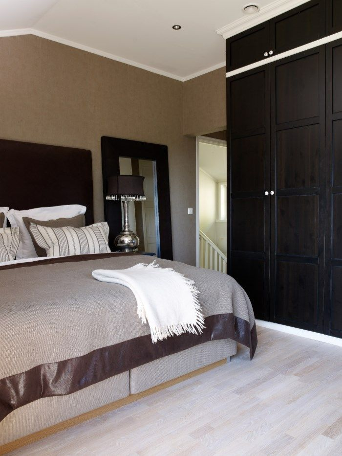 Raffinert tekstilvalg – luksuriøse farger og kvaliteter i brun- og beigefarger. Tapetet understreker det kontinentale uttrykket.