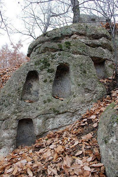 A Bükk hegységben. Hungary. A természetvédelmi terület a Szomolya fölött emelkedő Vén-hegy nyugati lejtőjén, a Kaptár-völgyben helyezkedik el, ahol a riolittufa vonulat nyolc nagyobb, fülkés sziklára, sziklavonulatra, kőkúpra tagolódik. Ez hazánk legtöbb fülkével (117 db) rendelkező kaptárkő csoportja.  A Királyszéke nevű fülkés szikla - 48 fülkével - a legimpozánsabb kaptárkő a Bükkalján.