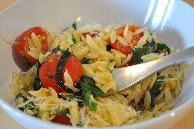 Паста орзо с помидорами и шпинатом