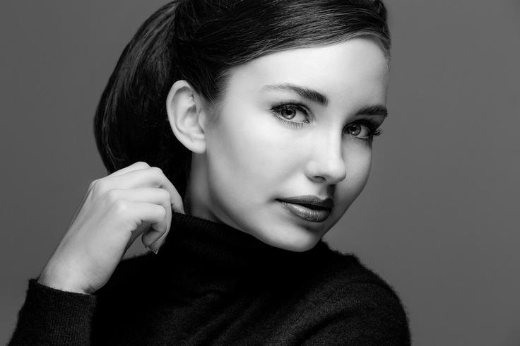 Classic b/w portrait - Audrey Hepburn look? (C) Hans Garde