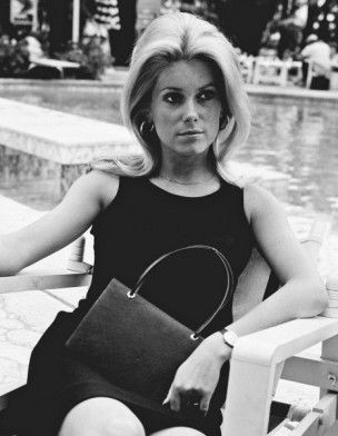 """Catherine Deneuve, années 1960 - """"gonflant"""" obtenu par crêpage des racines du…"""
