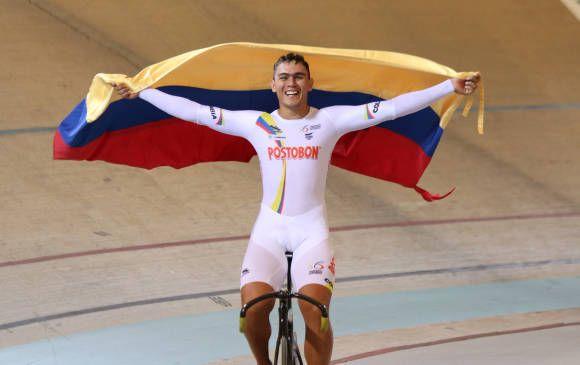 Puerta ya había ganado con Rubén Murillo y Santiago Ramírez medalla de oro en la prueba velocidad por equipos. FOTO FEDERACIÓN COLOMBIANA DE CICLISMO.