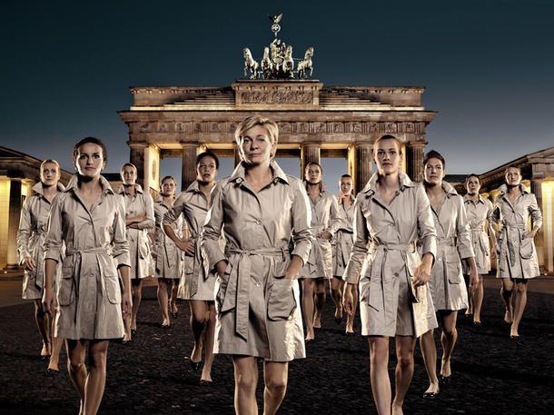 Fashion & Accessoires zur WM 2011 - Die modischste Unterstützung für unsere Frauenfußball-WM-Damen: Das passende Fan-Equipment in Schwarz-Rot-Gold.