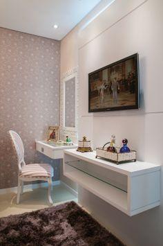 Tem os mais moderninho, que podem ser o mais básico que é um espelho, uma mesinha embutida e uma cadeira..