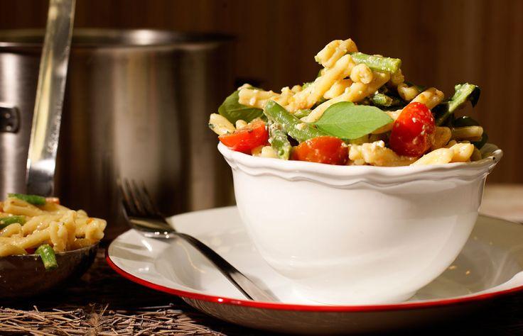 Κρύα σαλάτα ζυμαρικών με πράσινα φασολάκια και ανθότυρο