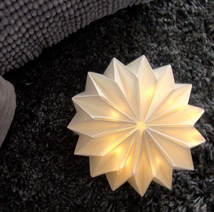 Je vous dévoile ici la technique de pliage pour réaliser une lampe origami, et 2 façons d'en faire des luminaires. A la base, j'avais créé une petite lampe à poser, qu'on pouvait balader un peu partout puisqu'elle fonctionne avec une guirlande LED à piles. Et récemment, j'ai repris le même principe de pliage en origami, mais j'en ai fait une suspension.