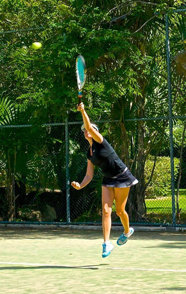 Sin duda un hermosos saque en el primer saque del torneo de Tenis en Puerto Aventuras Golf & Racquet Club