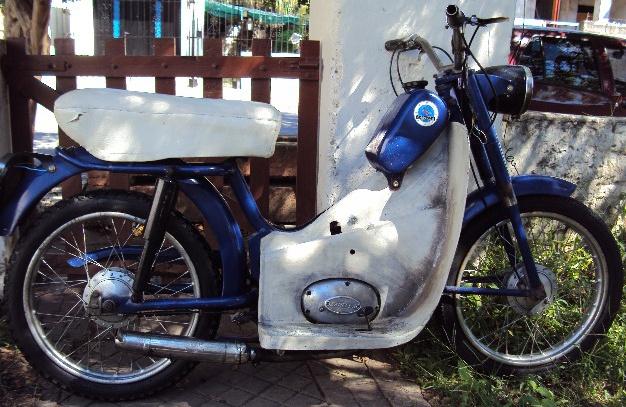 Moto Zanella Bambina Italiana 48cc. del año 1963. Este modelo con guardapolvo fue dirigido al público usuario femenino. Muy rara y la más antigua de las Bambina importadas.  http://www.arodar.com.ar/motos-zanella
