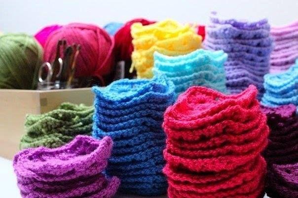 Colcha em crochê de lã, confeccionada manualmente.  Seu quarto vai ficar lindo e alegre com essa colcha colorida.  Pode ser feita na cor e ...