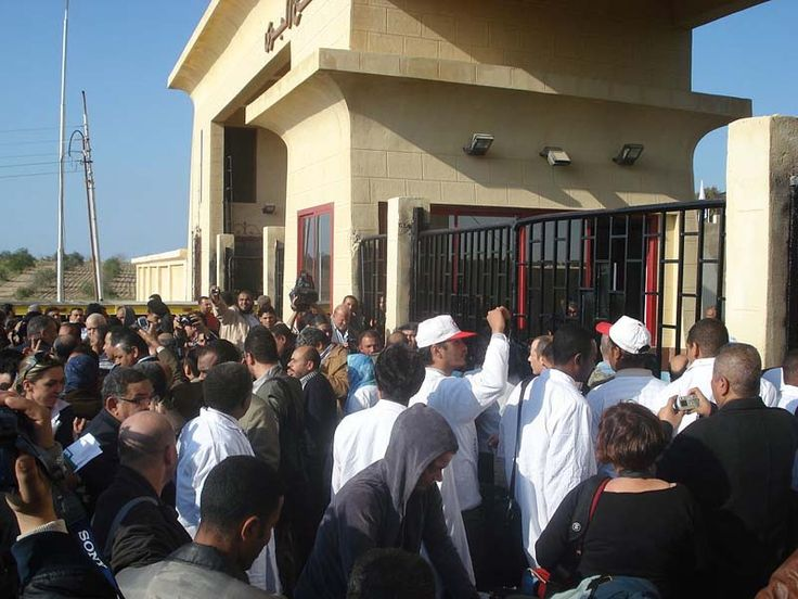 Los pasajeros esperan en la frontera de Rafah.Crédito de la imagen: Al Jazeera Inglés a través de Wikimedia Sólo el 43% de los residentes de la Franja de Gaza se siente personalmente a salvo y seg…