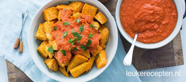 Geroosterde zoete aardappel met een licht pikante Spaanse saus, heerlijk bij de tapas!