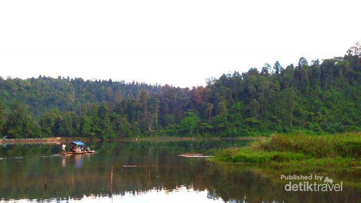 Yang akhir pekan ini ke Sukabumi, sempatkan mampir ke Situ Gunung. Kamu bisa melihat danau yang terletak pada ketinggian 850 Mdpl, cantik dan sejuk!