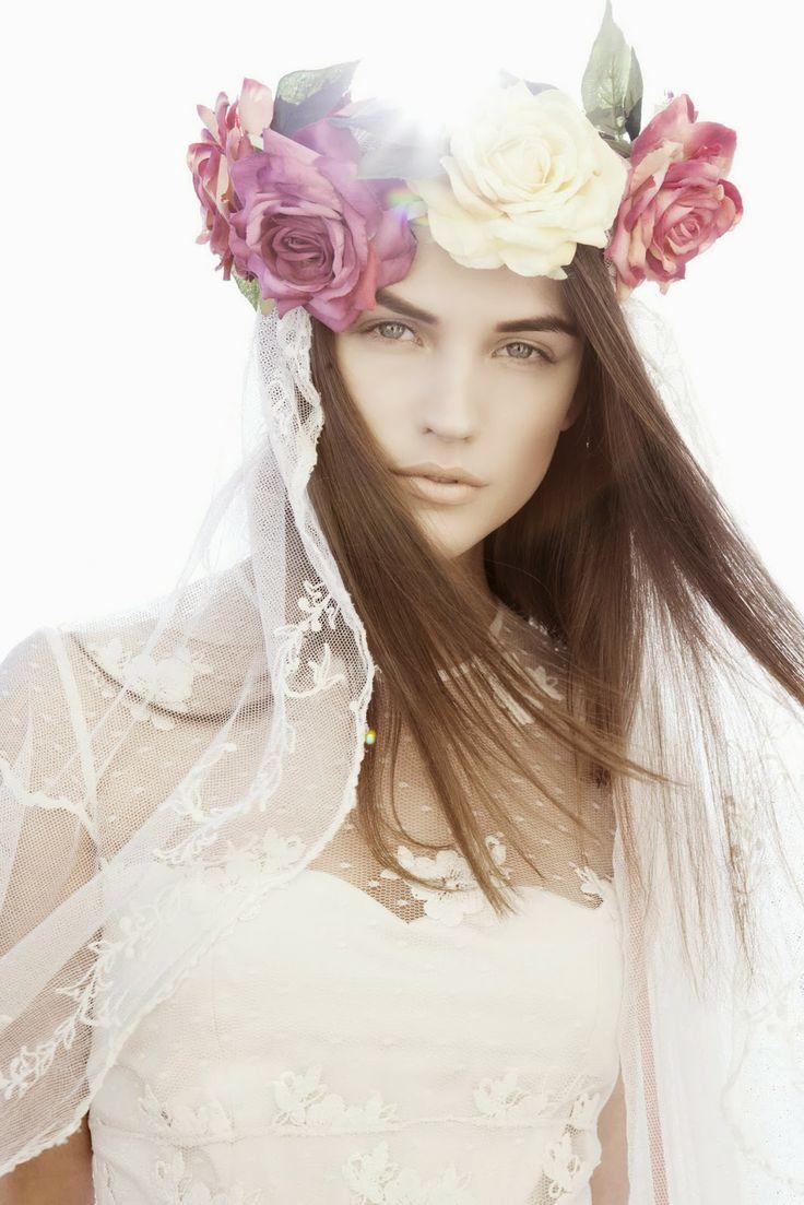 Contraste original velo y corona de flores para novia