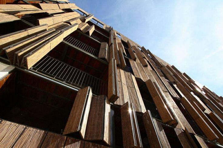 fachada con persianas venecianas de madera