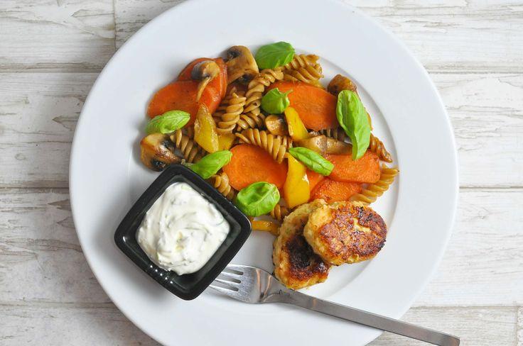 Lækre fiskedeller rørt med røget laks og serveret med fuldkornspasta med grøntsager og en hurtig dip af skyr, mayo og dild. En god opskrift til børn.